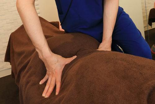 ソフトなプロマッサージは、内臓機能を高め、ホルモンバランスを改善し、ストレスを緩和させます。