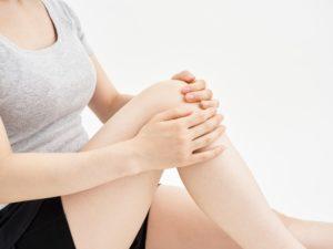 3d5bc0ca9e 膝は、大腿骨(もも)と頸骨(すね)と、前面にある膝蓋骨(おさら)により構成されています。 人間の体の中でも最も複雑で不安定な構造をしています。